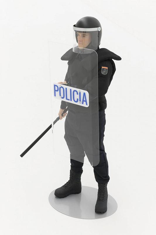 ADN Galeria. Título: Antidisturbios de juguete. Artista: Eugenio Merino. Año: 2019. Técnica: Silicone, human hair, clothes and steel. Dimensiones: 90x44x30 cm.